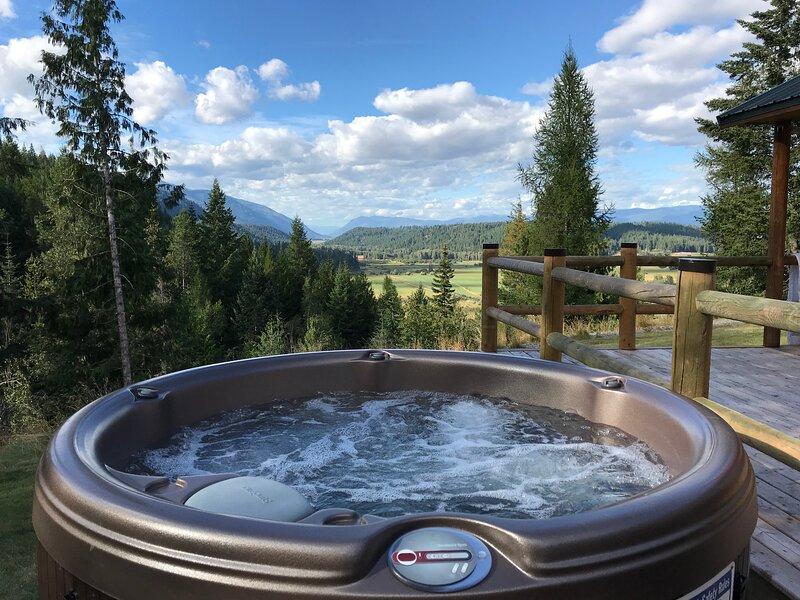HotTub, Views, & Amenities - The Cabin at Blackridge, vacation rental in Moyie Springs