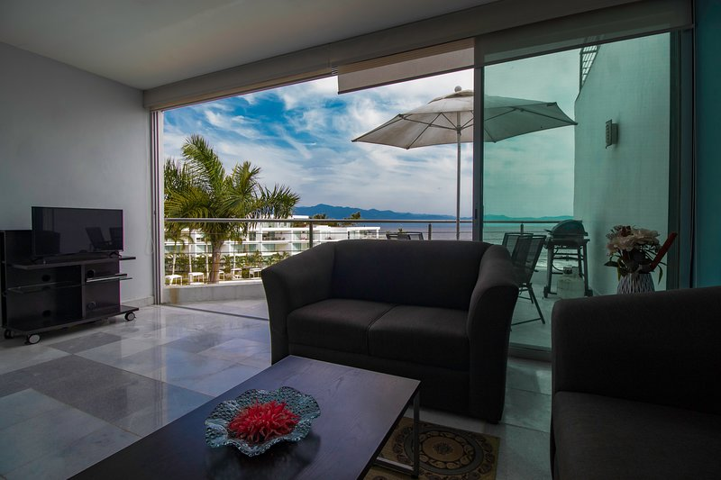 2 Bedroom 2 Bath Luxury Rental Overhanging Beach View, holiday rental in Flamingos