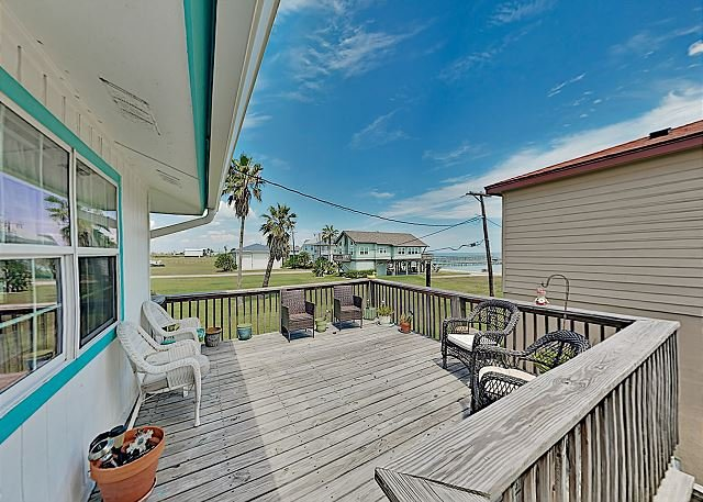 El Nanos Beach House - Remodeled Coastal Gem with Bay-View Decks, alquiler de vacaciones en Rockport
