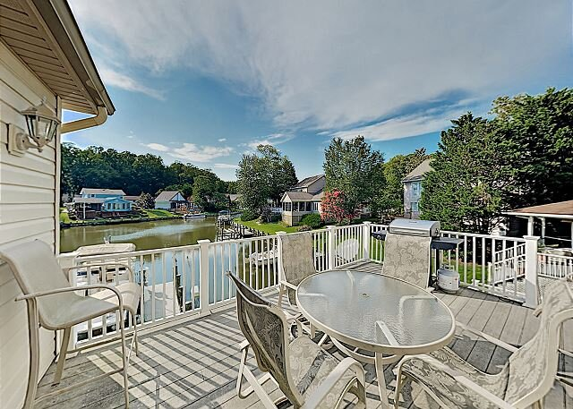 Waterfront Ocean Pines Home with Private Dock, Garage & Gourmet Kitchen, casa vacanza a Ocean Pines