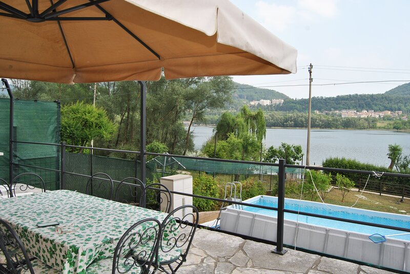 House front Lake with private beach boats platform, holiday rental in Carpesica