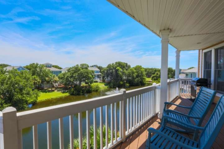 5 Min Walk to Beach & Community Pool; Views of Lagoon & Ocean from Rooftop Deck;, holiday rental in Isle of Palms