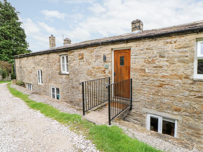 MARGARET'S COTTAGE, pet friendly, country holiday cottage, with a garden in Low, holiday rental in Arkengarthdale