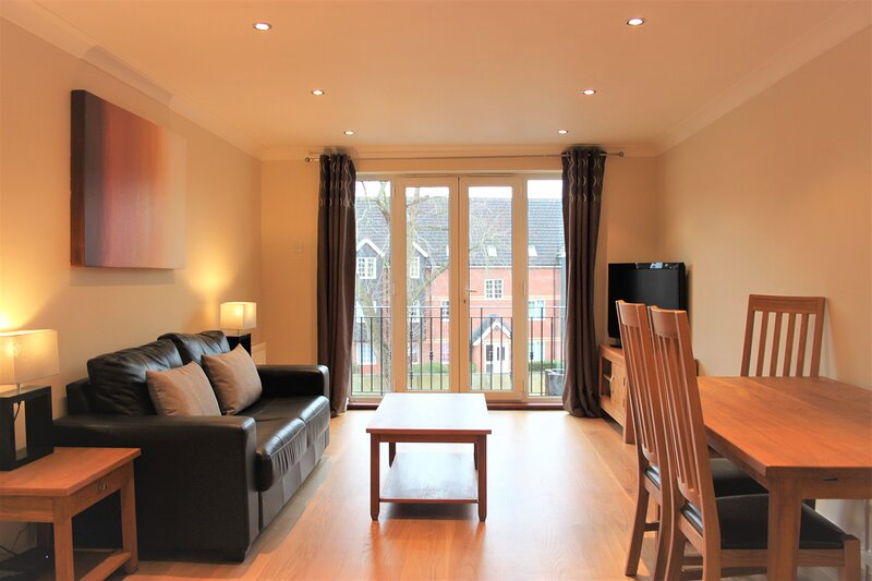 Modern 2 bed apartment at Imperial Court, Newbury, location de vacances à Hampstead Norreys