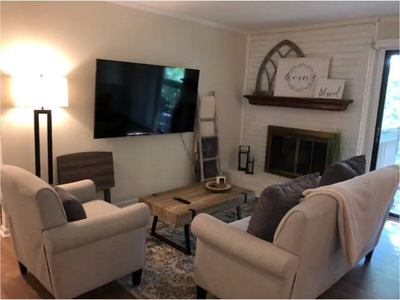 Private 2BR condo w/ comfy King & Queen beds, holiday rental in Matthews
