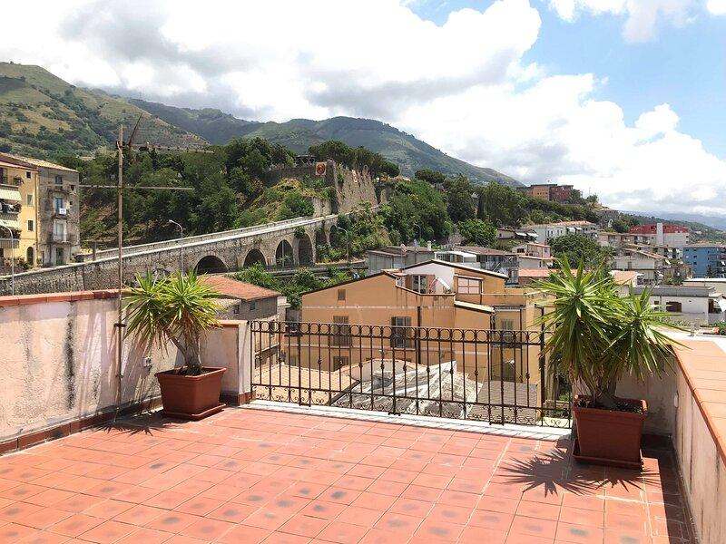 Open Space con terrazzo vista mare vicino Stazione FS, location de vacances à Guardia Piemontese