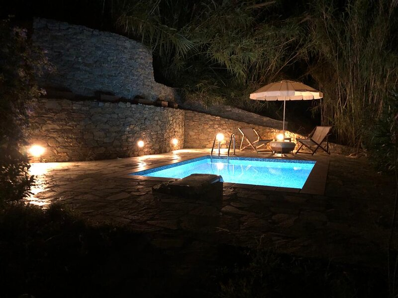 Three Rustic Villas with Sea view and Swimming pools, casa vacanza a Loutraki