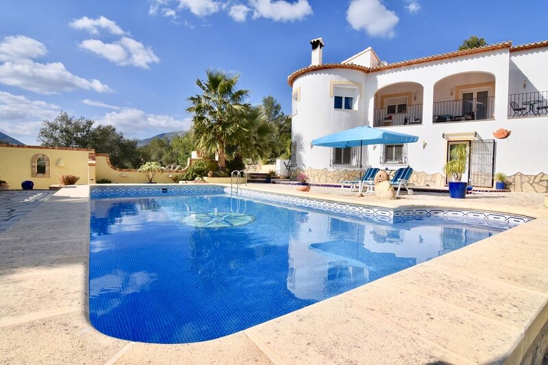 Ground floor luxury apartment with gardens and pool, holiday rental in Llosa de Camacho