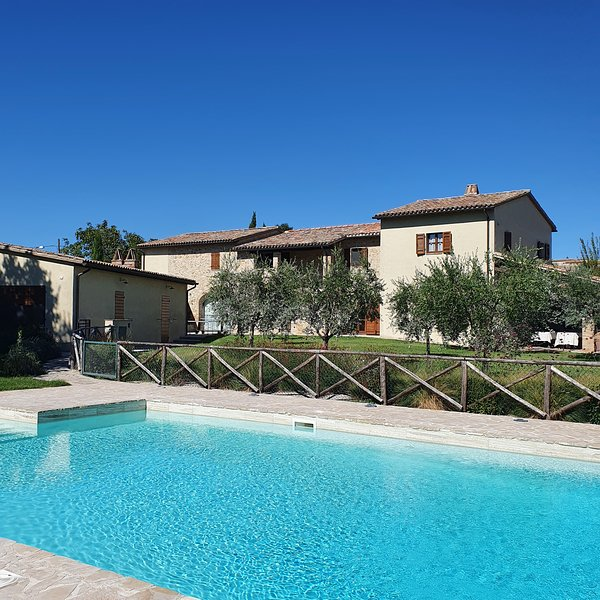 'IL GREGGIO' GREAT VILLA FOR FAMILIES, LARGE SWIMMING POOL, STUNNING VIEWS, holiday rental in Montecastrilli