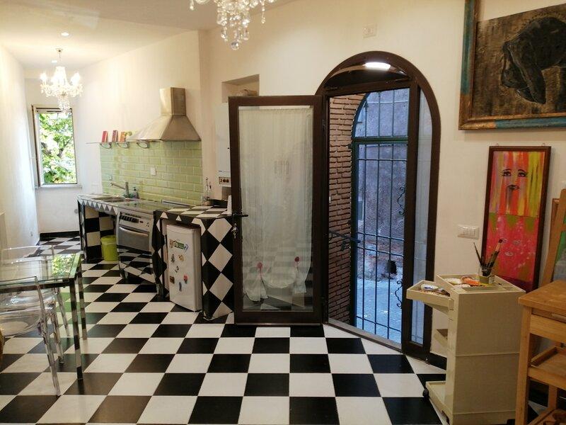 Casa Vacanze Flat Iron Building Art Studio nel borgo storico di Sutri!, vacation rental in Bassano Romano
