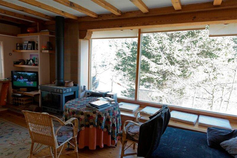 Detalle del gran salón, con el precioso ventanal, vistas al f valle de la Fuenfría