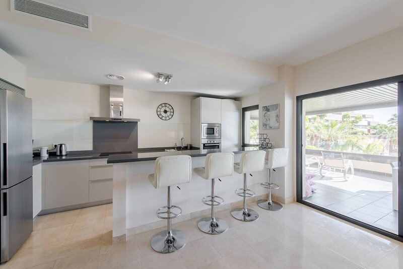 PUERTO BANUS BEACH MARBELLA POOLS PADDLE GOLF WIFI, vacation rental in Cancelada