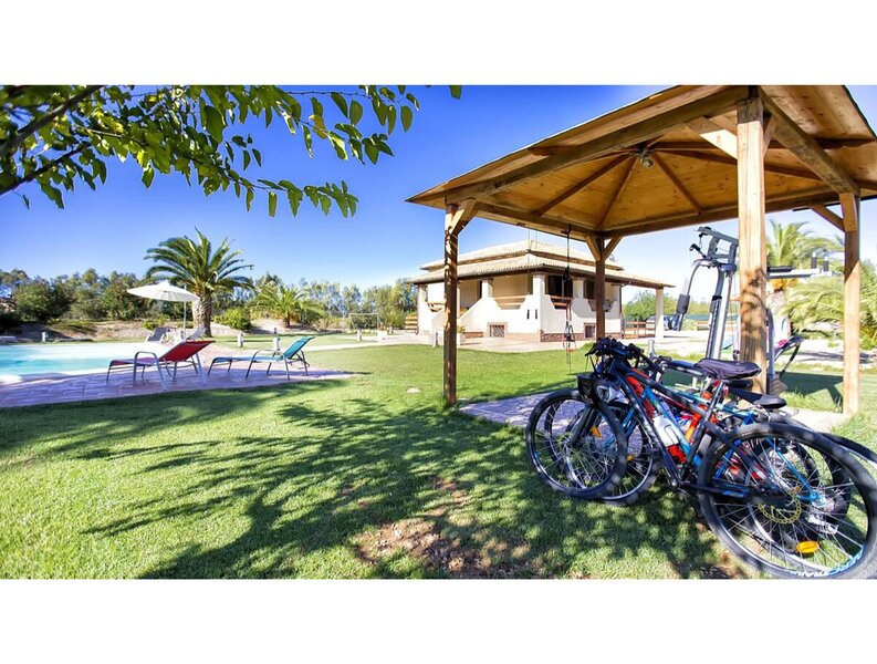 Alghero, Villa Le Palme con piscina per 12 persone, holiday rental in Nughedu Santa Vittoria