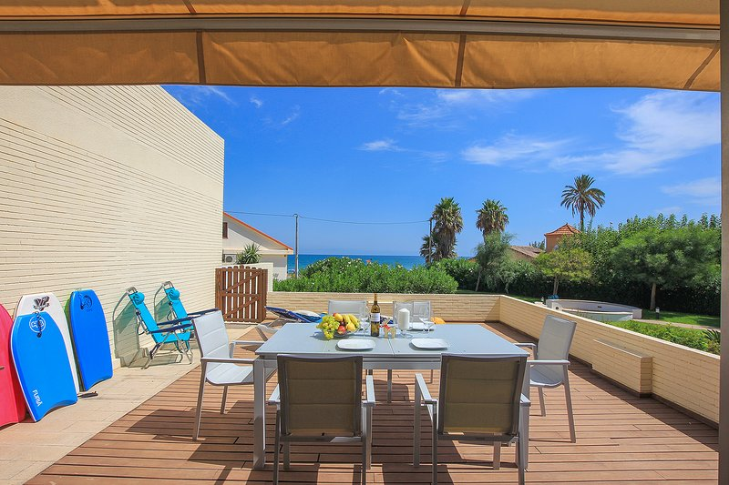 Inviting 2-Bed Apartment in Denia, first beach lin, holiday rental in Els Poblets