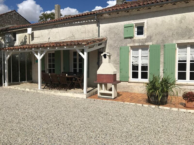 La Vigne - Les Vieilles Ombres -Gite 25 minutes from Cognac, holiday rental in Cresse