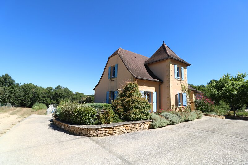 LOVELY HOUSE WITH PRIVATE FENCED POOL, GARDEN & PANORAMIC VIEW CLOSE TO SARLAT, location de vacances à Saint-Cyprien