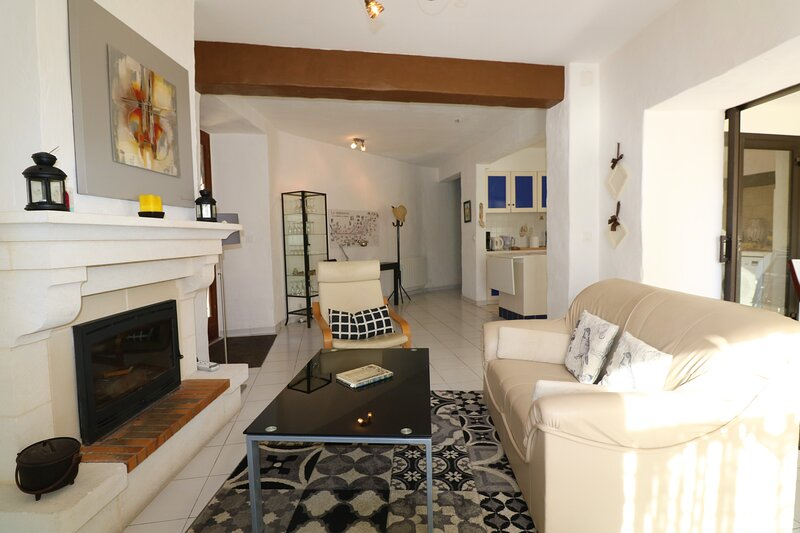 COUTURE: STONE VILLAGE HOUSE WITH ALL MOD-CONS & ALL CONVENIENCES CLOSE BY, vacation rental in Mouzens