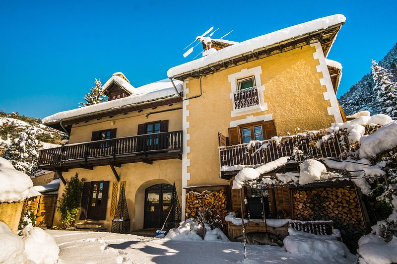 Luxury Chalet with outdoor Hot Tub, Sauna, Gardens & Mountain Views!, holiday rental in Cervieres