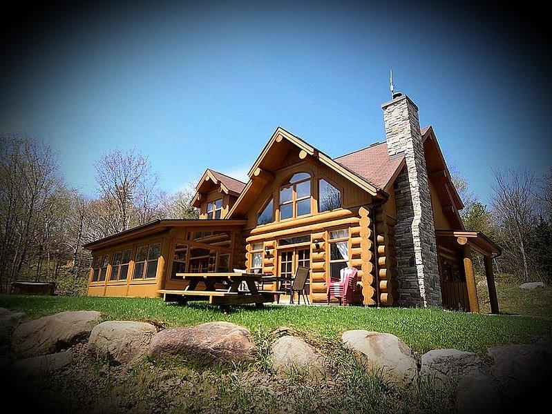 luxurious log cabin, vacation rental in Sainte-Anne-des-Lacs
