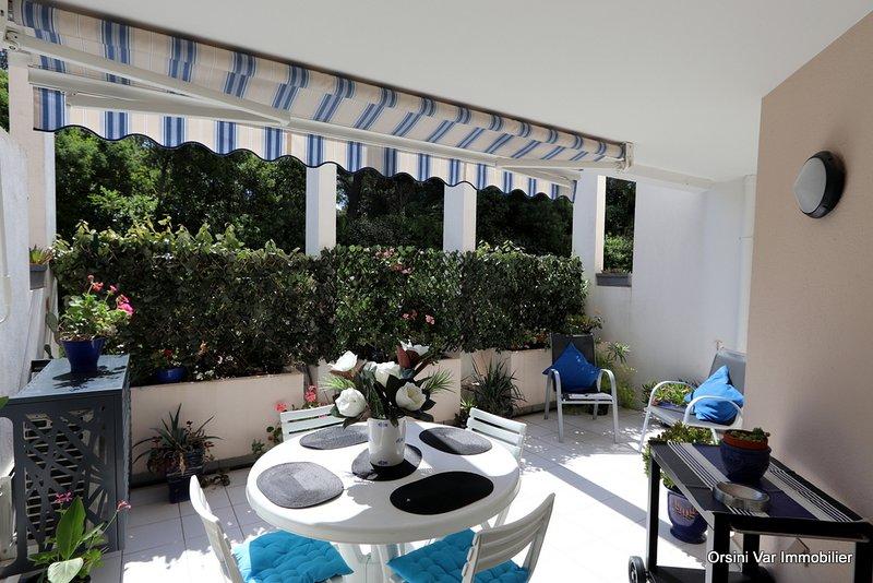 Très bel appartement en bord de mer climatisé avec wifi, piscine et parking, holiday rental in Saint-Raphael
