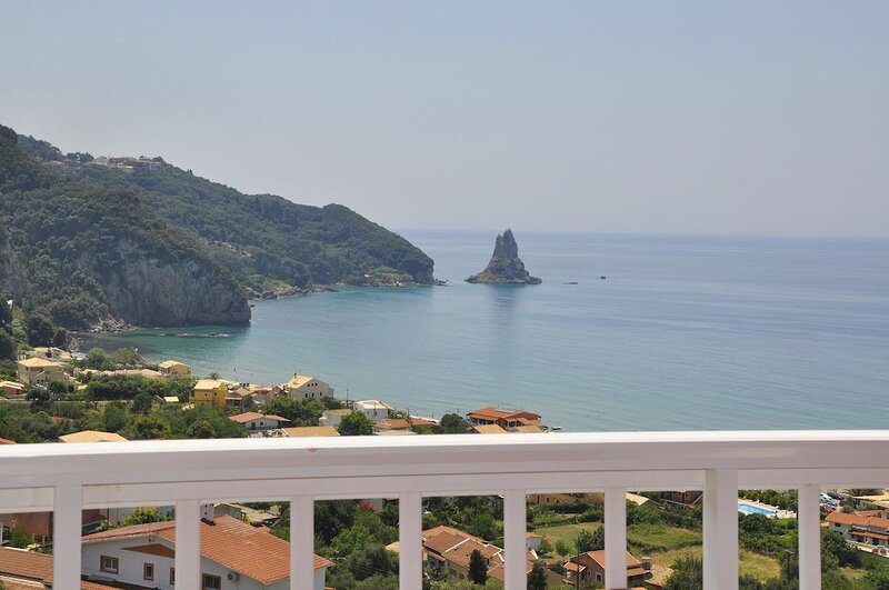 Sea View studio room for 4 people, 380m from the beach & near the village center, location de vacances à Agios Gordios