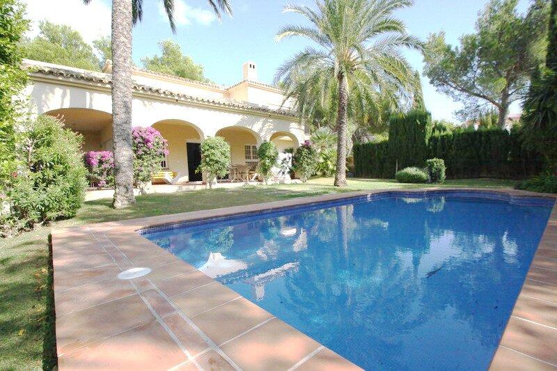 Villa de alquiler cerca del Golf en Altea con piscina pivada, holiday rental in Tarbena