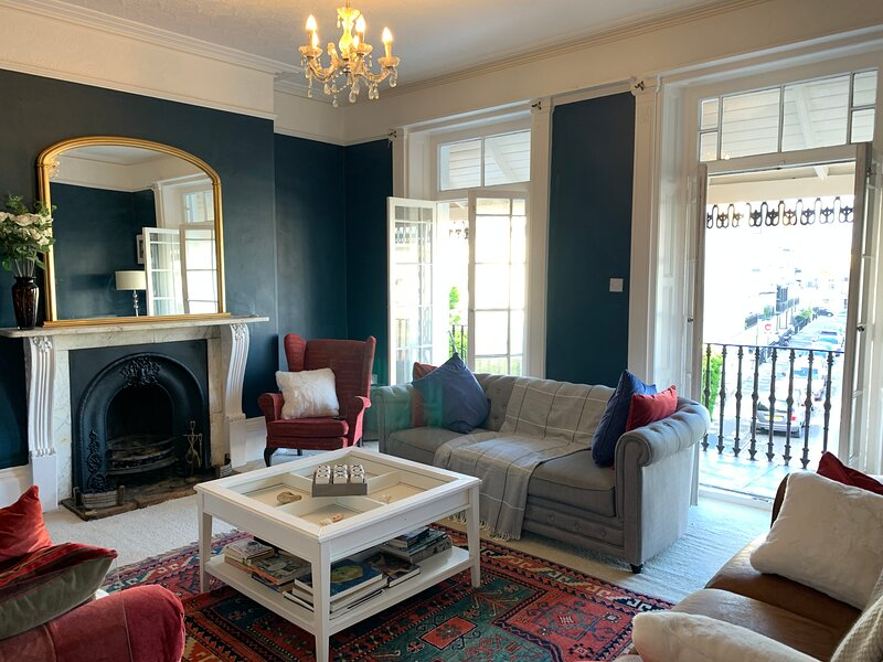 Lovely Georgian House, Ramsgate, by sea, shops, cafes and restaurants, sleeps 14, vacation rental in Isle of Thanet