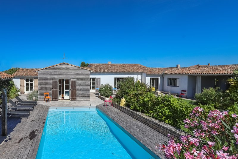 500 m from the sea, delightful villa with 6 bedrooms, large garden & heated pool, vacation rental in Charente-Maritime