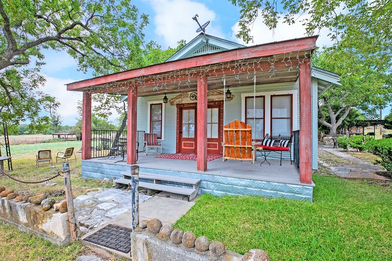 New! Stunning Historic Home Near Town with BBQ!, holiday rental in Harper