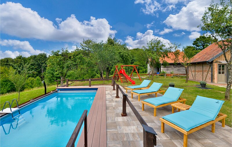 Stunning home in Sveti Ivan Zelina with Sauna, WiFi and 3 Bedrooms (CCC169), casa vacanza a Donje Makojisce