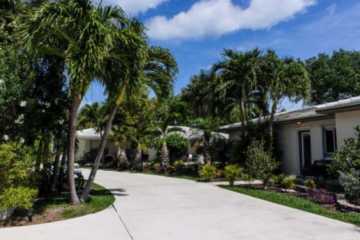 Southwind 1-Tropical Get-Away in Palm Beaches - King Studio - Steps to Beach and, location de vacances à Palm Beach Shores