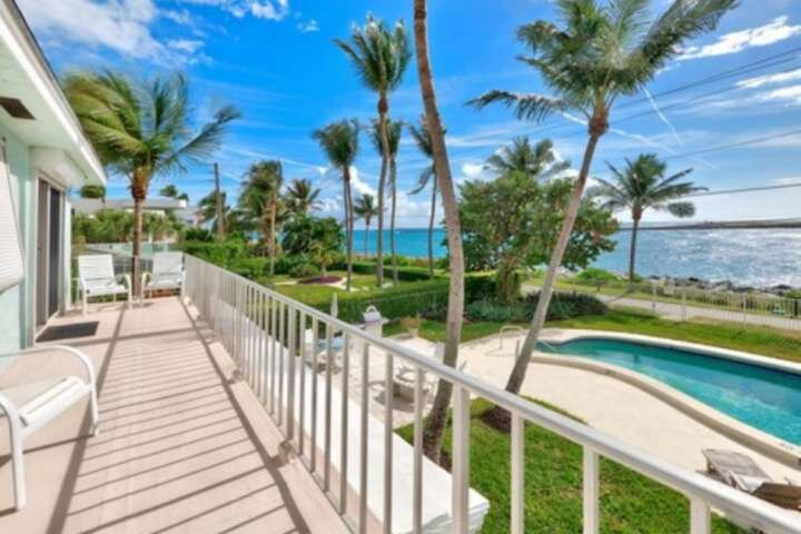 Portside 8 - Waterfront King Studio/2nd Floor/Pool/Walk Everywhere/Steps to Beac, location de vacances à Palm Beach Shores