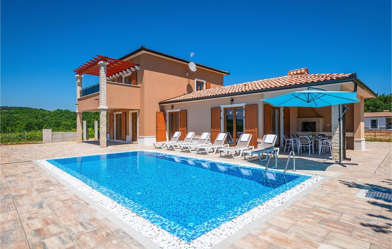 Beautiful home in Paradiz with Outdoor swimming pool, WiFi and 3 Bedrooms (CIO28, casa vacanza a Zupanici