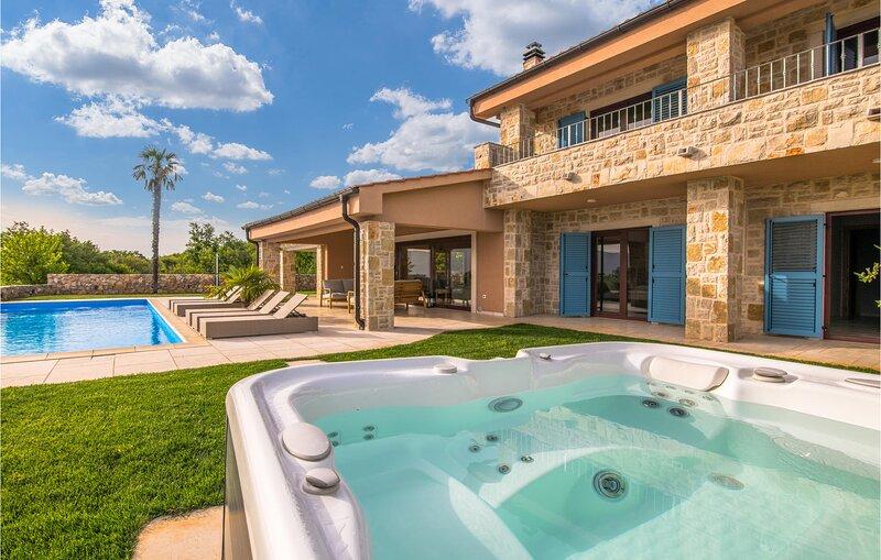 Beautiful home in Linardici with Outdoor swimming pool, Jacuzzi and WiFi (CKI218, aluguéis de temporada em Linardici
