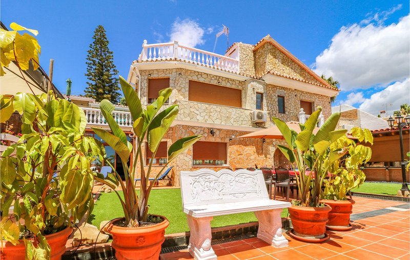Beautiful home in Benajarafe with Indoor swimming pool, WiFi and Outdoor swimmin, holiday rental in Valle Niza