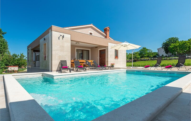 Stunning home in Orihi with Outdoor swimming pool, WiFi and 3 Bedrooms (CIC944), vacation rental in Orihi