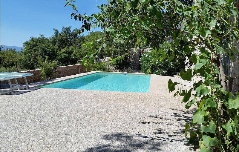 Stunning home in Malinska with Outdoor swimming pool, Outdoor swimming pool and, aluguéis de temporada em Nenadici