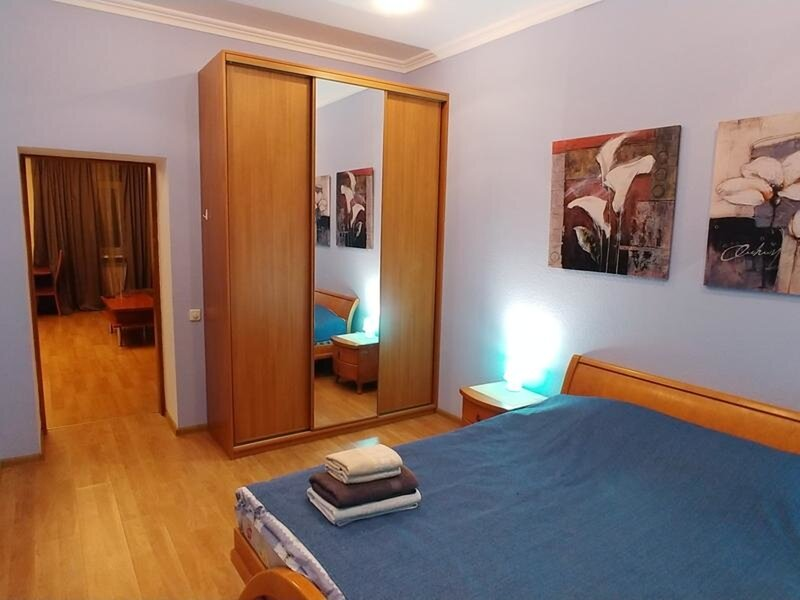 Two bedrooms 4 Mykhailivskyi Lane Centre of Kiev, holiday rental in Irpin