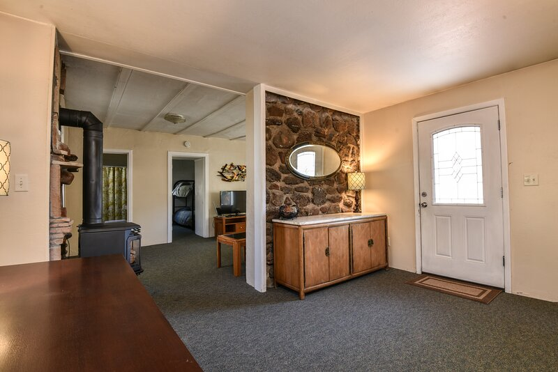 Cherry Cottage Downtown, Sleeps 4, holiday rental in Flagstaff