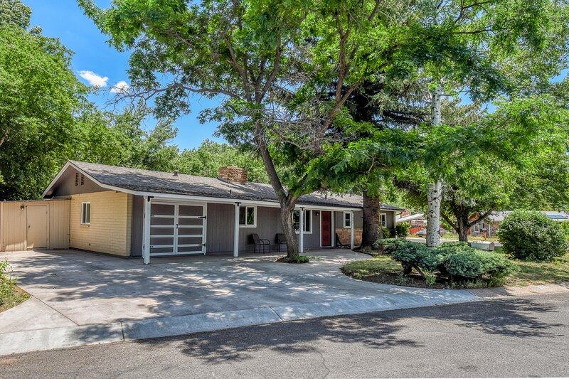 Charming Westside Guest House, 3 bedroom, Sleeps 6, holiday rental in Flagstaff