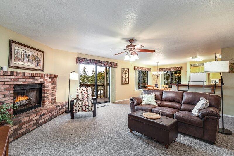 Charming Walnut Hills Condo, Sleeps 4, holiday rental in Flagstaff