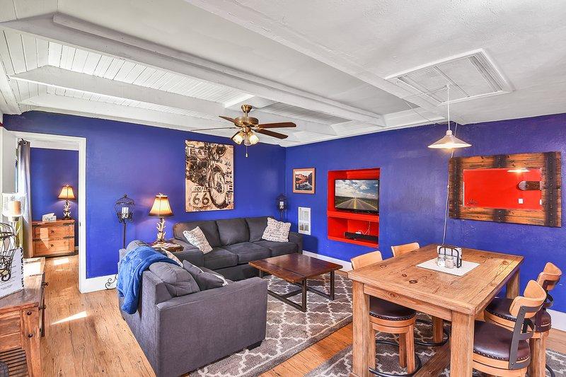 Downtown One Bedroom w/Hot Tub, Sleeps 4, holiday rental in Flagstaff