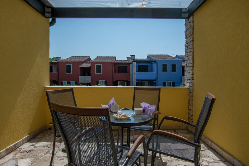 Beautiful apartment with balcony, location de vacances à Basanija