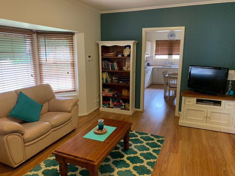 Quiet Holiday Unit close to city and bus - a home away from home, vacation rental in Prospect