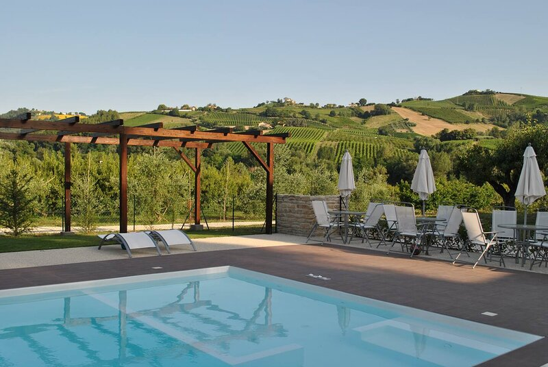 Amazing house with shared pool, holiday rental in Montedinove