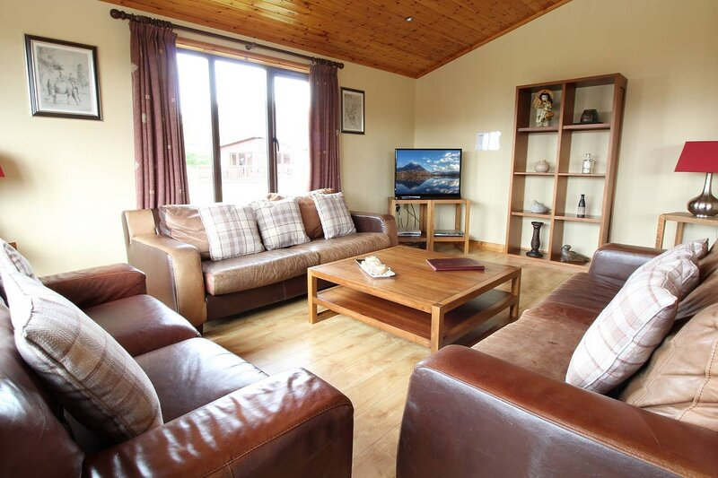 Stunning 4 bedlog cabin in Kerrykeel - SLEEPS 10, holiday rental in Crocknamurleog