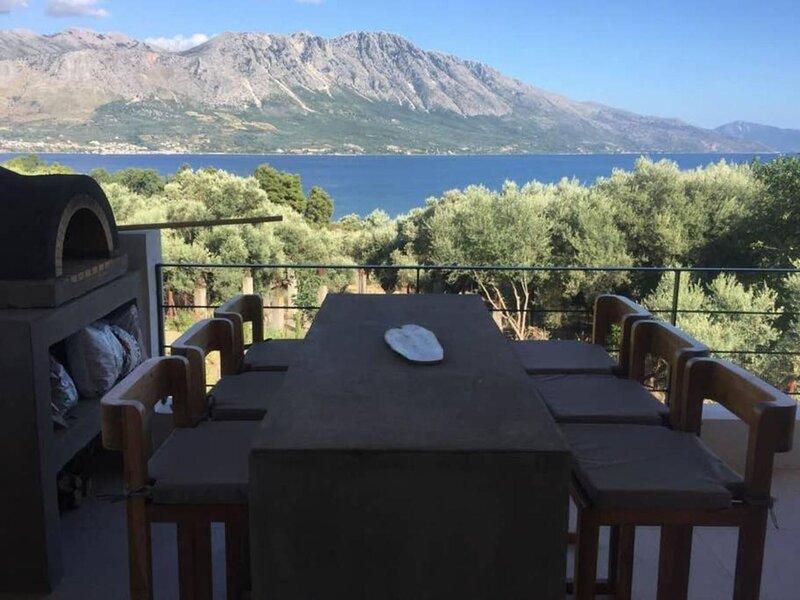 Villa Mytikas. 3 Bed villa. Private heated pool & Jacuzzi. Sleeps 8. Seaview., aluguéis de temporada em Palairos
