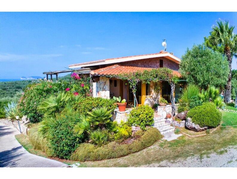 Alghero, Villa Agatha with sea view for 1012 people, casa vacanza a Villanova Monteleone