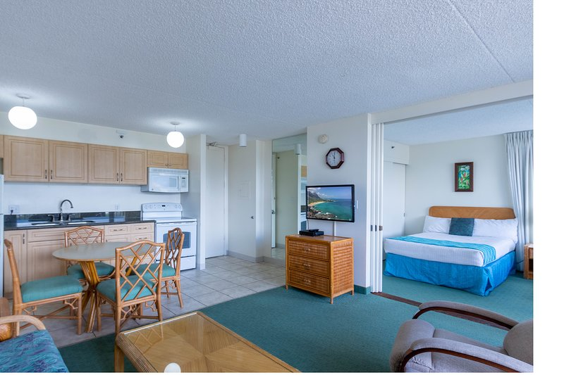 Updated 22nd Floor Waikiki Condo - Free parking & WiFi - Ideal for large family!, location de vacances à Kahala