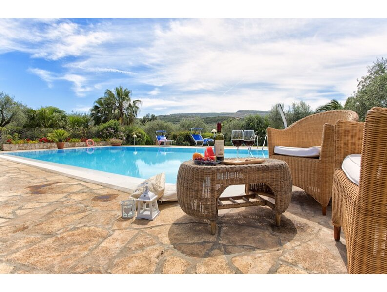 Alghero, Villa Smeralda with independent swimming pool for 9 people, casa vacanza a Villanova Monteleone